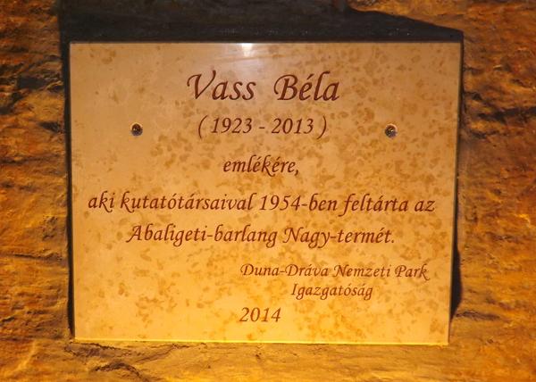 Vass Béla emléktáblája az Abaligeti-barlang Nagytermében